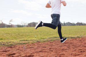 Man joggt über Wiese